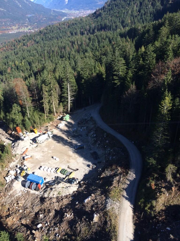 Baustelle für eine Großstütze (ca. 130 Meter) der neuen Eibsee-Seilbahn (Zugspitze) im Oktober 2015