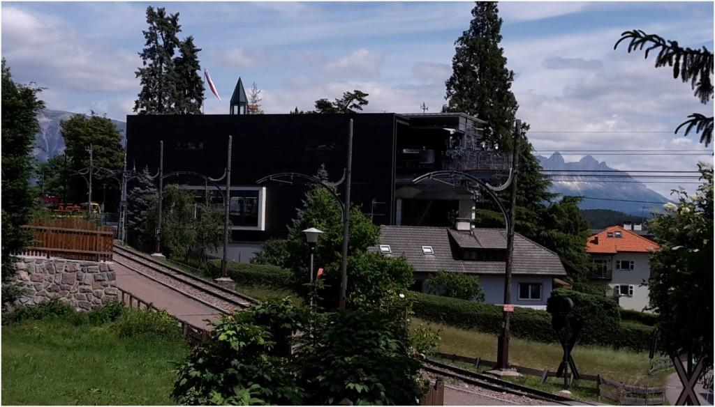 Bergstation der Rittner Seilbahn umringt von Wohngebäuden des Ortes Oberbozen