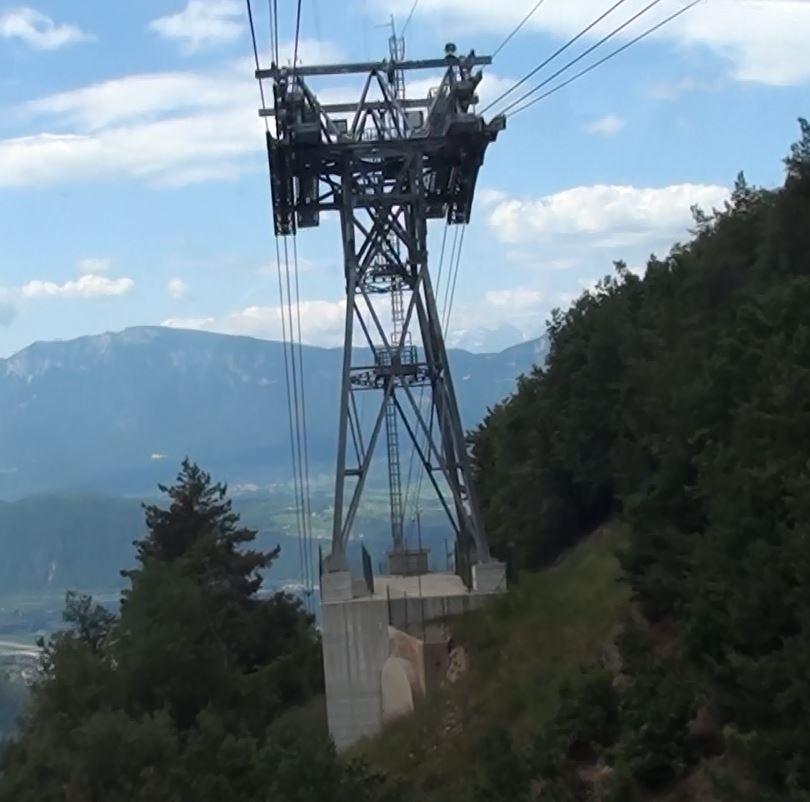 Seilbahnstütze mit Fundament; Rittner Seilbahn in Bozen